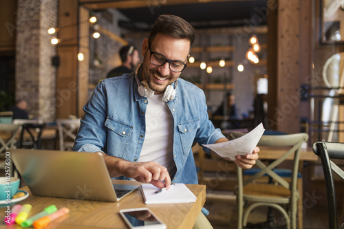 Photo  Freelancer at the coffee shop