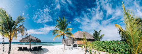 Poster Tropical plage Tropical view of exotic resort island on Maldives