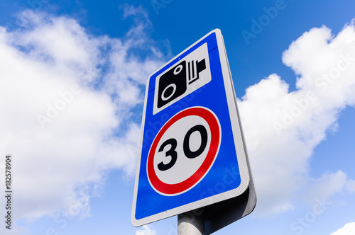 Cuadros en Lienzo 30mph speed limit sign with a speed camera warning