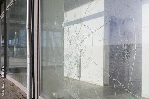 Photo eingeworfene Schaufensterscheiben