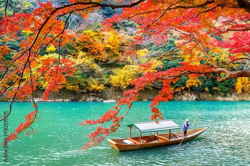 Cadres-photo bureau Kyoto Boatman punting the boat at river. Arashiyama in autumn season along the river in Kyoto, Japan.