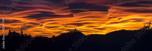 Fotografia  Tramonto spettacolare e drammatico nel cielo del nord Italia