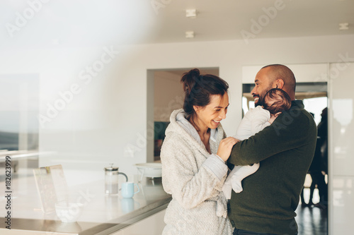Photo  Smiling young family in kitchen