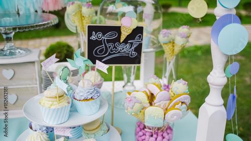Obraz na płótnie Szczegóły smaczne batonika z dzbanami słodyczy, ciastek i marshmallows, cukierki, gofry, ciasteczka i macaroons, pojęcie słodyczy na urodziny dzieci