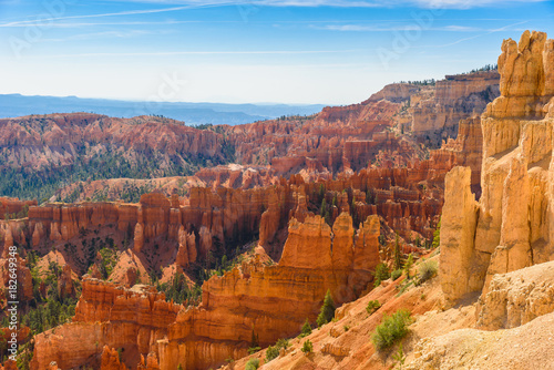 Fotografía Scenic view of beautiful red rock hoodoos and the Amphitheater from Sunset Point