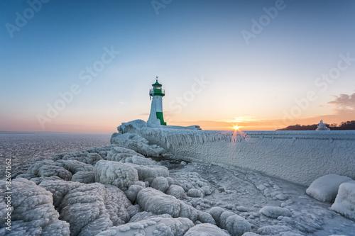 Garden Poster Lighthouse Winter auf der Insel Rügen, Leuchtturm Hafen Sassnitz