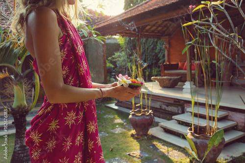 kobieta-trzymajaca-canang-sari-ofiara-dla-bogow-tradycja-balijska