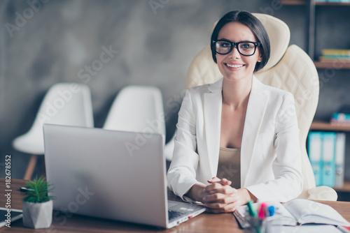 Fotografía  Portrait of confident smart successful beautiful businesswoman wearing white jac