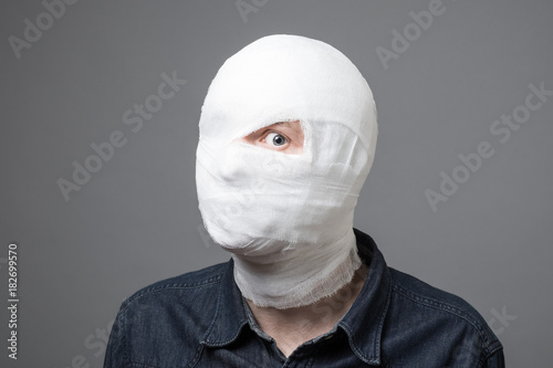 Photo Man with bandage on his head