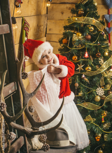 In de dag Kinderkamer Christmas happy child with present sack.