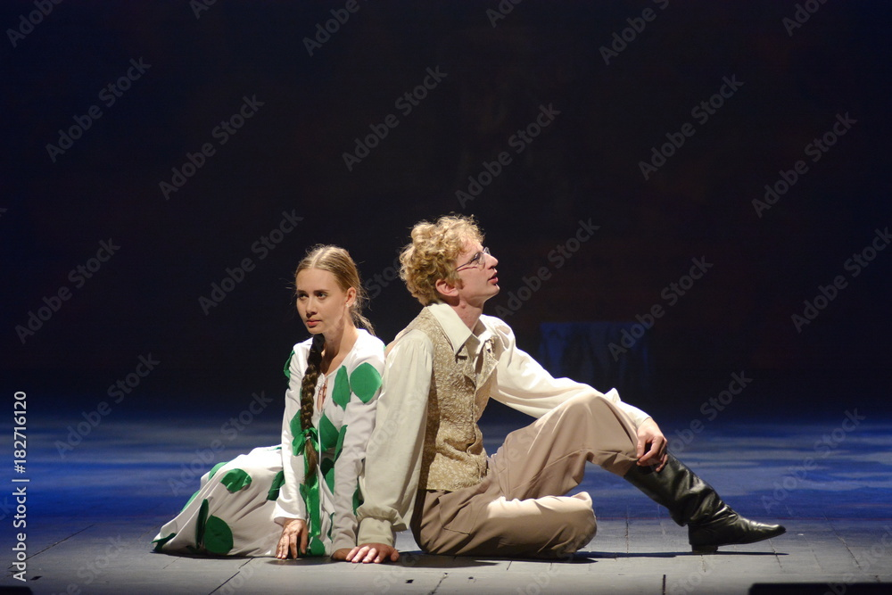 Photo  the actor and actress in period costume and with a basket of mushrooms sitting o