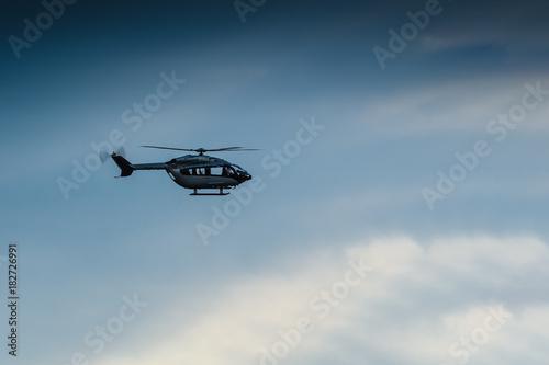 Türaufkleber Hubschrauber Hubschrauber vor blauem Himmel