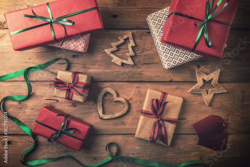 Foto christmas gifts and decorations on brown wooden background