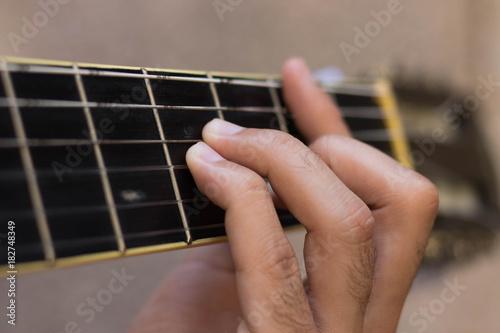 Photo mão-tocando-violão-acordes