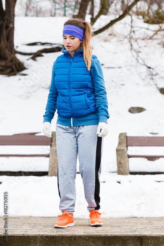 Fototapeta Woman wearing sportswear exercising outside during winter obraz na płótnie