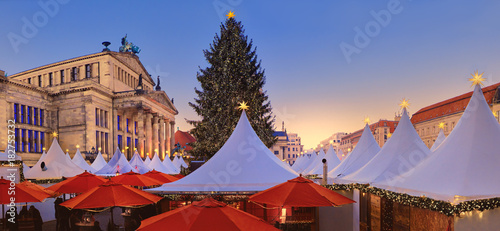 Papiers peints Opera, Theatre Iluminated Christmas market Gandarmenmarkt in Berlin