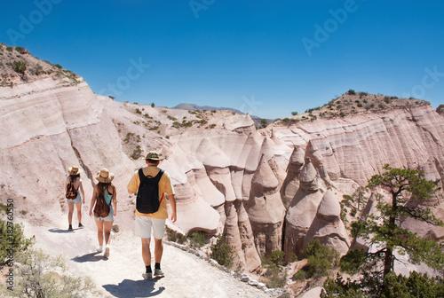 Naklejka premium Rodzina na pieszej wycieczce po pięknych górach Namiot Kasha-Katuwe Rocks National Monument, w pobliżu Santa Fe, Nowy Meksyk, USA