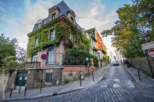 Papiers peints Paris Montmartre streets in Paris, France, Europe. Cozy cityscape of architecture and landmarks. Travel sightseeng concept