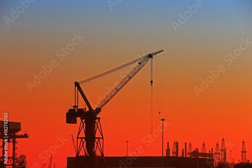 Plakat Dźwig portowy rozładowujący statki kontenerowe
