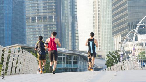 Photo  people run in city pedestrian bridge with exterior modern building
