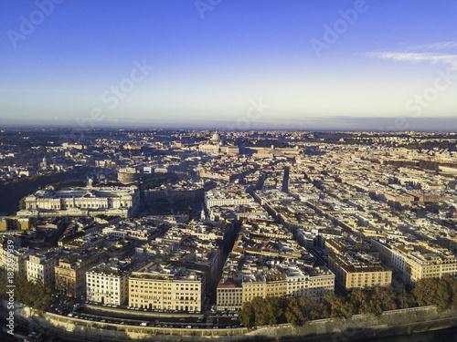Zdjęcie XXL Antenowe drone panoramiczne gród, architektura i punkt orientacyjny. Widok Rzymu z góry, Włochy