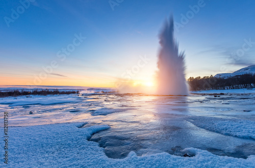 Fotografía Famous Geysir in Iceland in beautiful sunset light