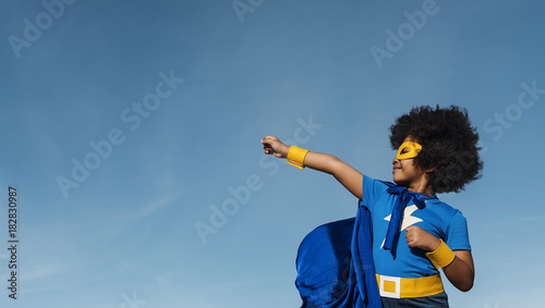 Foto  Girl with afro playing superhero