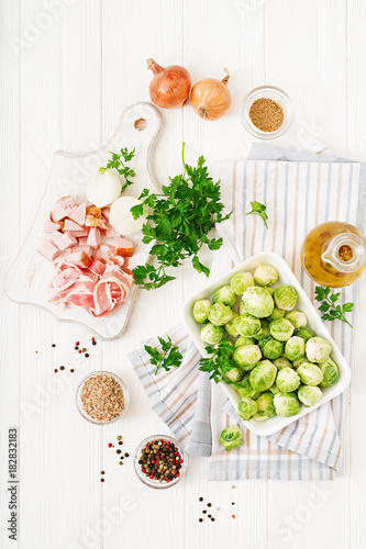 Papiers peints Bruxelles Brussels sprouts. Preparation for roasting Brussels sprouts with bacon. Flat lay. Top view