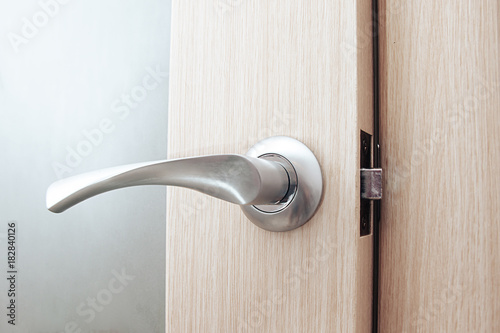 Obraz door handle on natural wooden door - fototapety do salonu