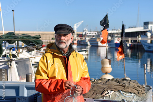 Photo portrait of a fisherman in the harbor