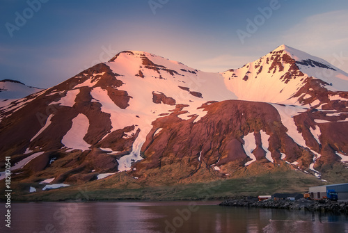 Foto op Aluminium Arctica Iceland, sunset on the mountain