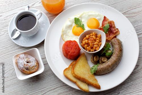 Foto op Plexiglas Gebakken Eieren Traditional Full English Breakfast - sunny-side-up fried eggs, sausages, beans, mushrooms and bacon