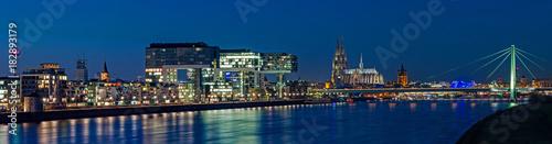 Fotografia, Obraz Köln – Kranhäuser und Dom in der Blauen Stunde; Deutschland