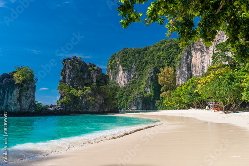 Foto op Canvas Tropical strand empty beach at the popular tourist site of Thailand - Hong Island