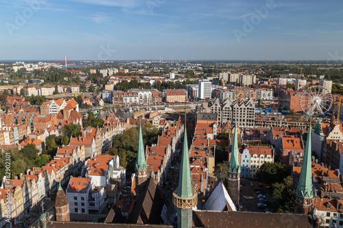 Obraz na dibondzie (fotoboard) Stare budynki i wieże kościoła Mariackiego na głównym mieście (Stare Miasto) w Gdańsku, Polska, oglądane z góry w słoneczny dzień.