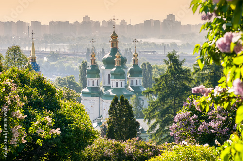 Montage in der Fensternische Kiew Vydubychi Monastery view