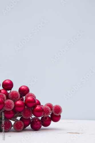Photo  Minimalistic Christmas Scene with a Blue Background on a Distressed Wooden Table