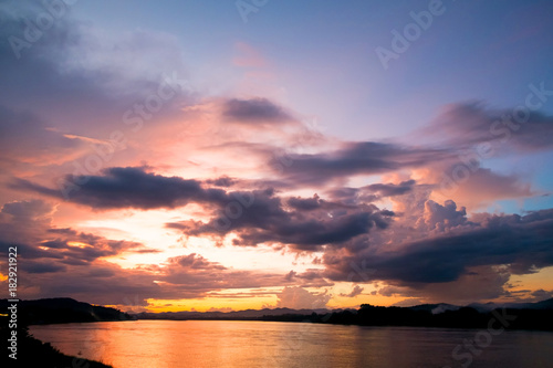 Spoed Foto op Canvas Zee zonsondergang Dramatic sunset sky over the river