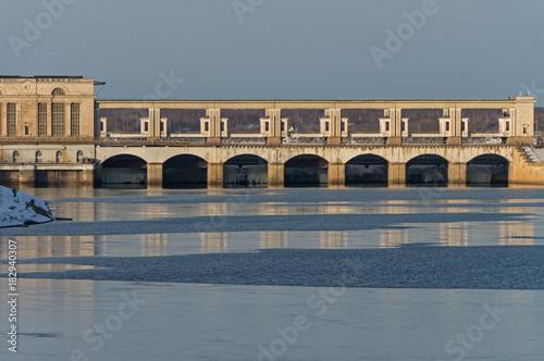 Fototapeta Uglich hydroelektrowni na rzece Wołga - słynnej najstarszej tamy w Rosji w słoneczny zimowy dzień