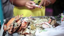 Woman Breaks Up A Cooked Crab ...