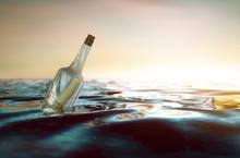 Flaschenpost Treibt Im Meer