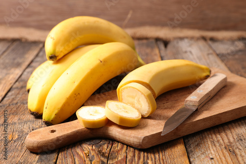 Valokuva banana cut on board