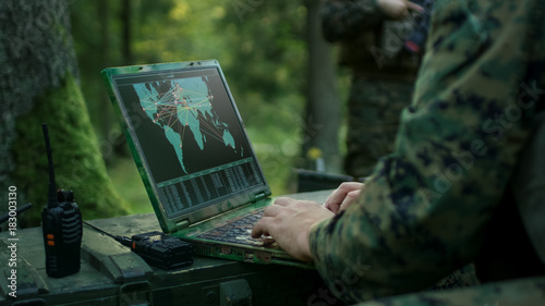 Fotografía  Military Operation in Action, Soldiers Using Military Grade Laptop Targeting Enemy with Satellite