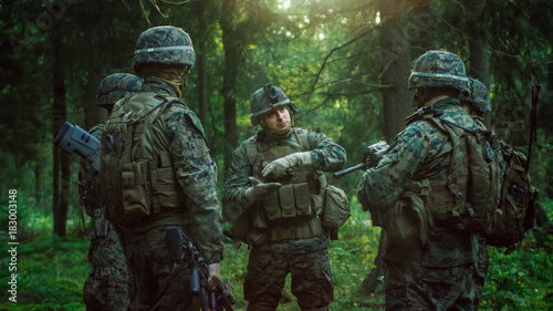 Foto  Squad Leader Discusses Military Operation Details with Soldiers, Commander Gives Orders