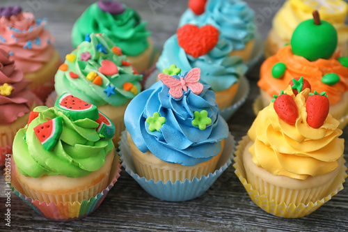 Photo  Tasty colorful cupcakes on wooden background