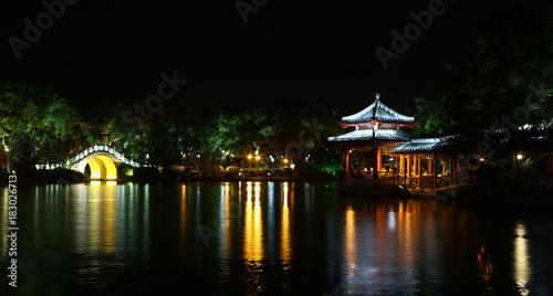 Tuinposter Guilin Isla de medio del lago, Lago Rong, Guilin, China