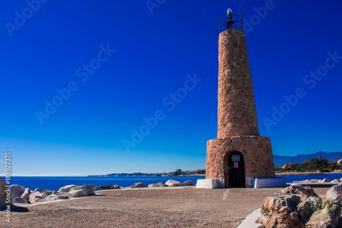 Plakat Latarnia morska. Port Puerto Banus, Marbella, Costa del Sol, Andaluzja, Hiszpania. Zdjęcie wykonane - 21 listopada 2017 r.