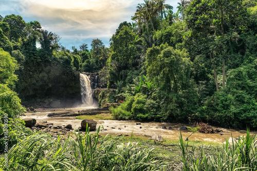 Photo  big and magical waterfall in bali. indonesia