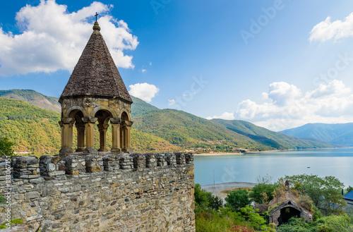 Plakat Ananuri to kompleks zamkowy na rzece Aragvi w Gruzji. Zamek Ananuri znajduje się około 70 kilometrów od Tbilisi.