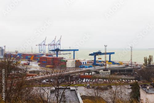 Plakat port morski z kontenerami i ładowarkami w Odessie